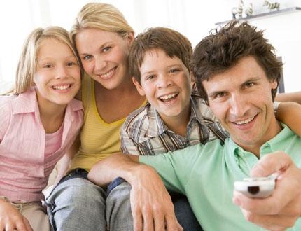 L'image montre une famille heureuse de la renegociation de pret qu'elle vient d'effectuer, permettant un super regroupement de crédits.