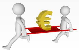 Deux hommes batons portent le symbole de l'euro sur un brancard rouge, symbolisant le sauvetage qu'effectuerait un rachat de credit simulation en ligne.